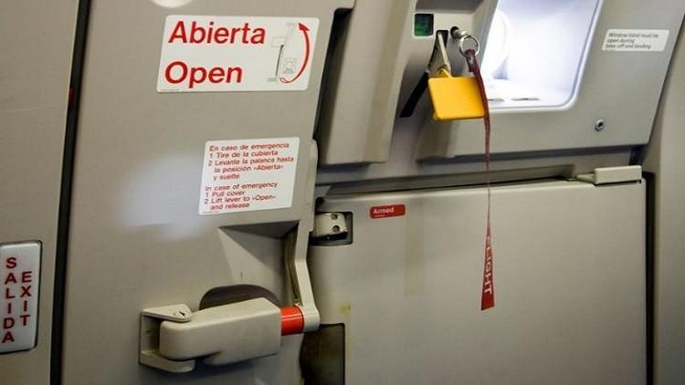 Photo of من السيناريوهات التي تمثل كابوسا للمسافرين على متن الطائرات هي أن تتخيل باب الطائرة يفتح فجأة في الجو وعلى ارتفاعات عالية.