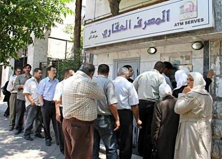 صورة التشدد بتجديد بطاقة الصراف تحرم متقاعدين من رواتبهم