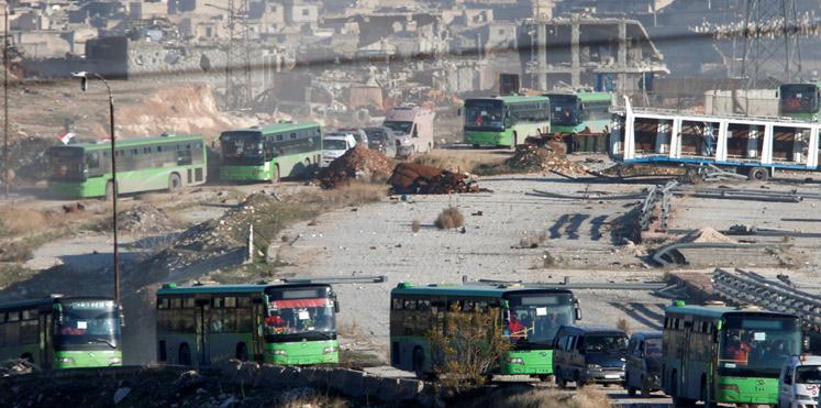 Photo of أكدوا أن المسلحين مازالوا يحتجزون 4 باصات .. أهالي الفوعة يحذرون من محاولة المسلحين الالتفاف على اتفاق حلب