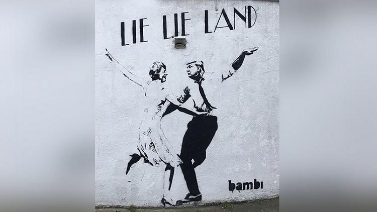 Photo of رسمة ساخرة تجمع ترامب بـ تيريزا ماي على جدران لندن