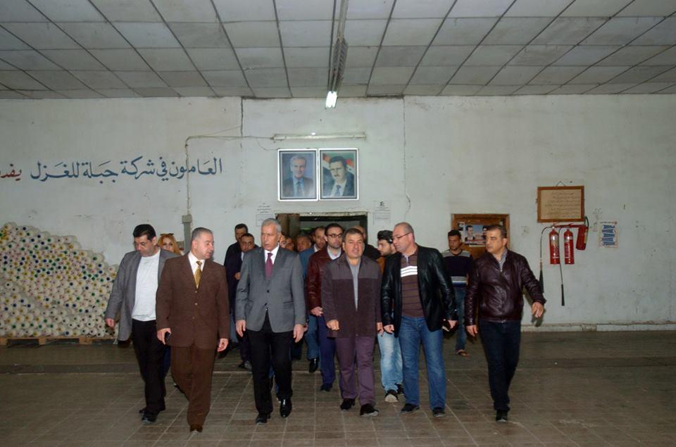 """Photo of وزير الصناعة يتفقد شركتي """"غزل جبلة"""" و """"الساحل للغزل"""" لتقديم الدعم اللازم لهما"""