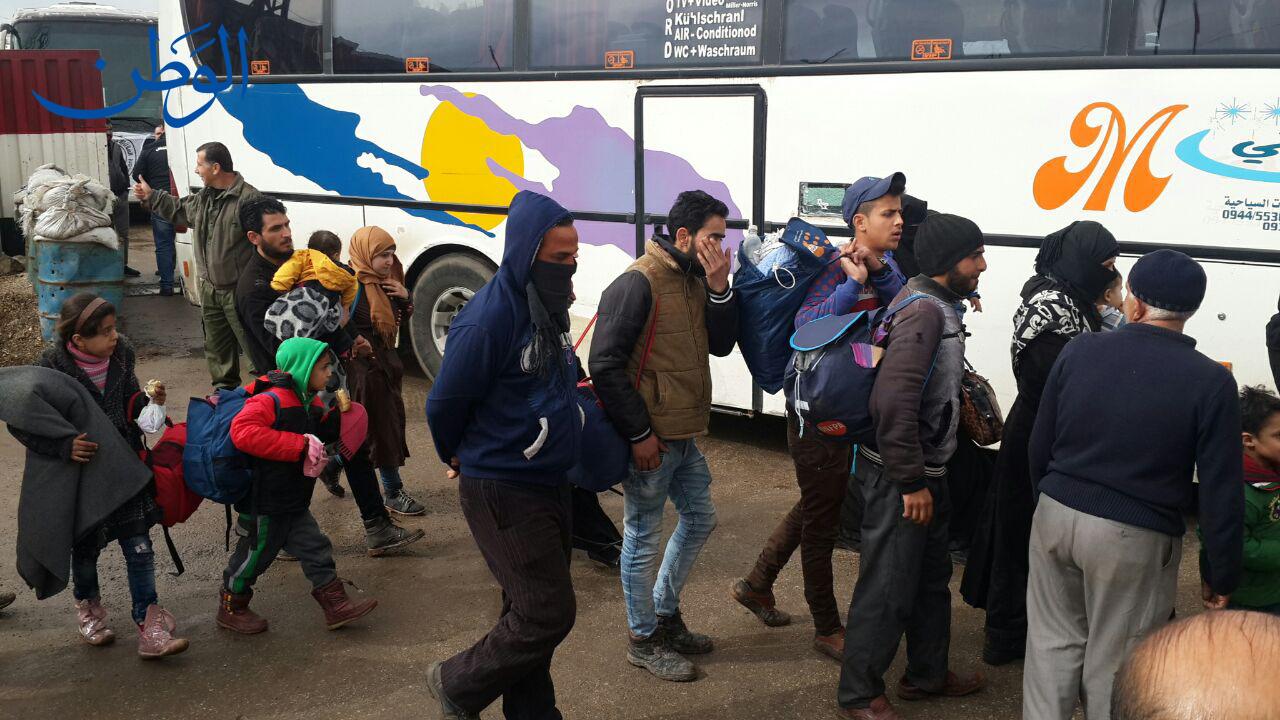 صورة بالصور.. خروج مسلحين وعائلاتهم من حي الوعر بحمص