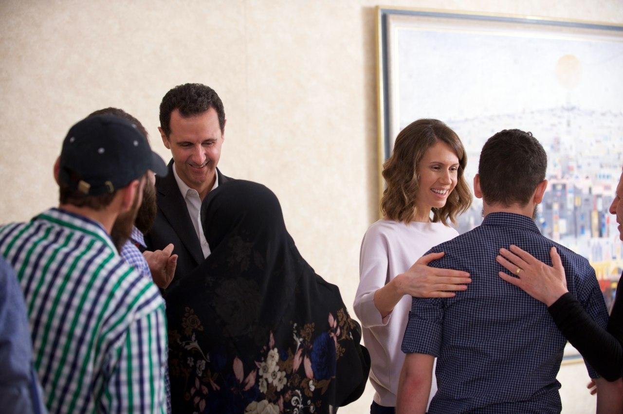صورة الرئيس الأسد والسيدة أسماء يستقبلان 34 مخطوفا محررا من منطقة برزة بدمشق