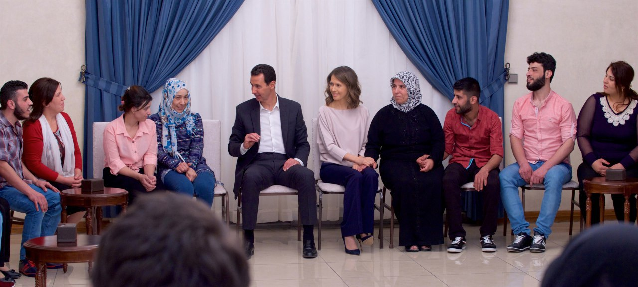 Photo of بالفيديو: الرئيس الأسد والسيدة أسماء يستقبلان المحررين من منطقة برزة