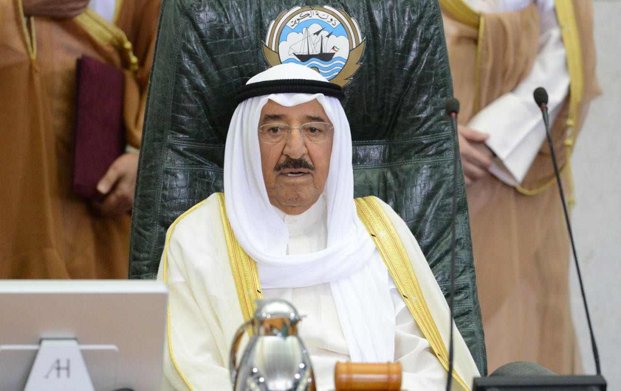 صورة جولة مكوكية لأمير الكويت في محاولة لرأب الصدع الخليجي