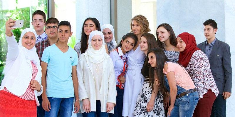 صورة السيدة أسماء الأسد تستقبل التلاميذ الأوائل في شهادة التعليم الأساسي