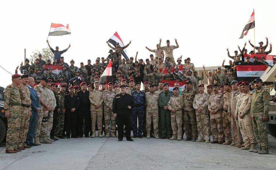 صورة العبادي يعلن انتصار الموصل ويرفع العلم العراقي في سمائها