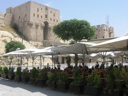 صورة هل يأتي الدور على مقاهي حلب بعد تهديد محال المأكولات الساخنة بالإغلاق؟