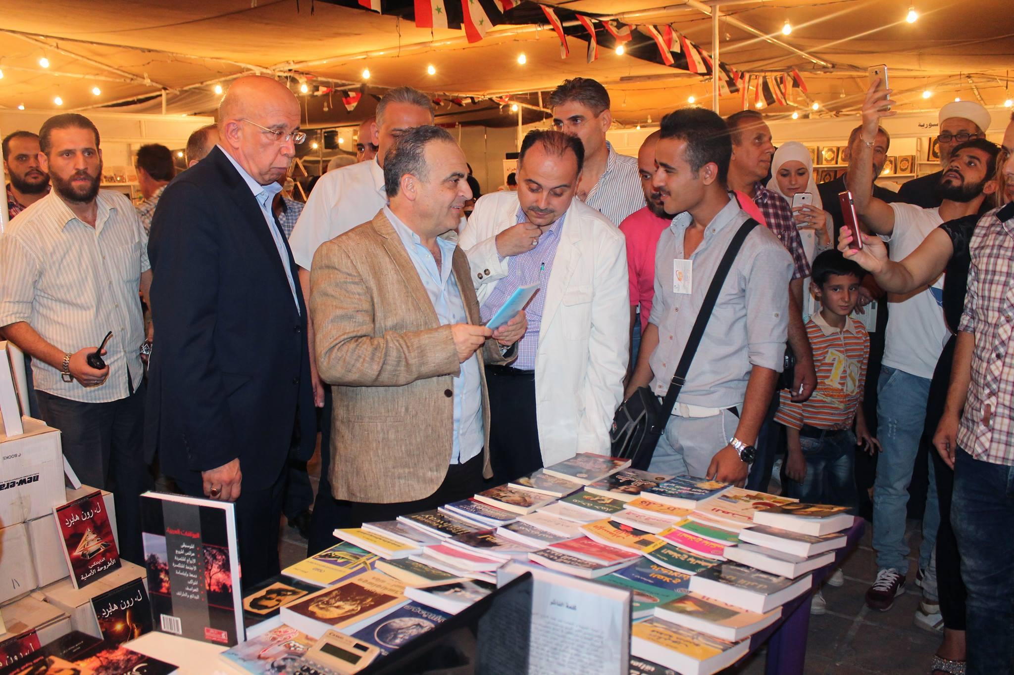 Photo of خميس يزور معرض الكتاب التاسع والعشرين في مكتبة الأسد