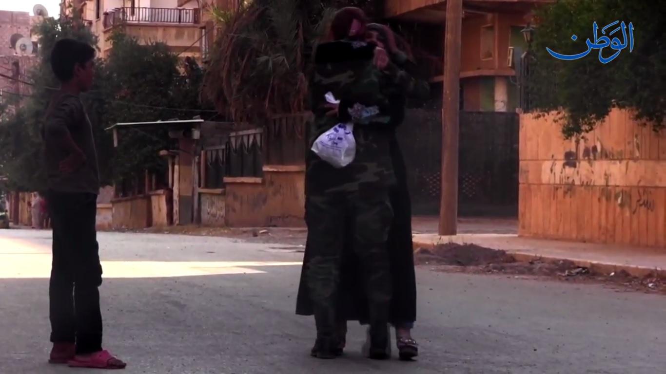 صورة مشاهد خاصة من داخل المدينة ولقاء مقاتلة من فتيات دير الزور بأهلها بعد سنوات من الفراق