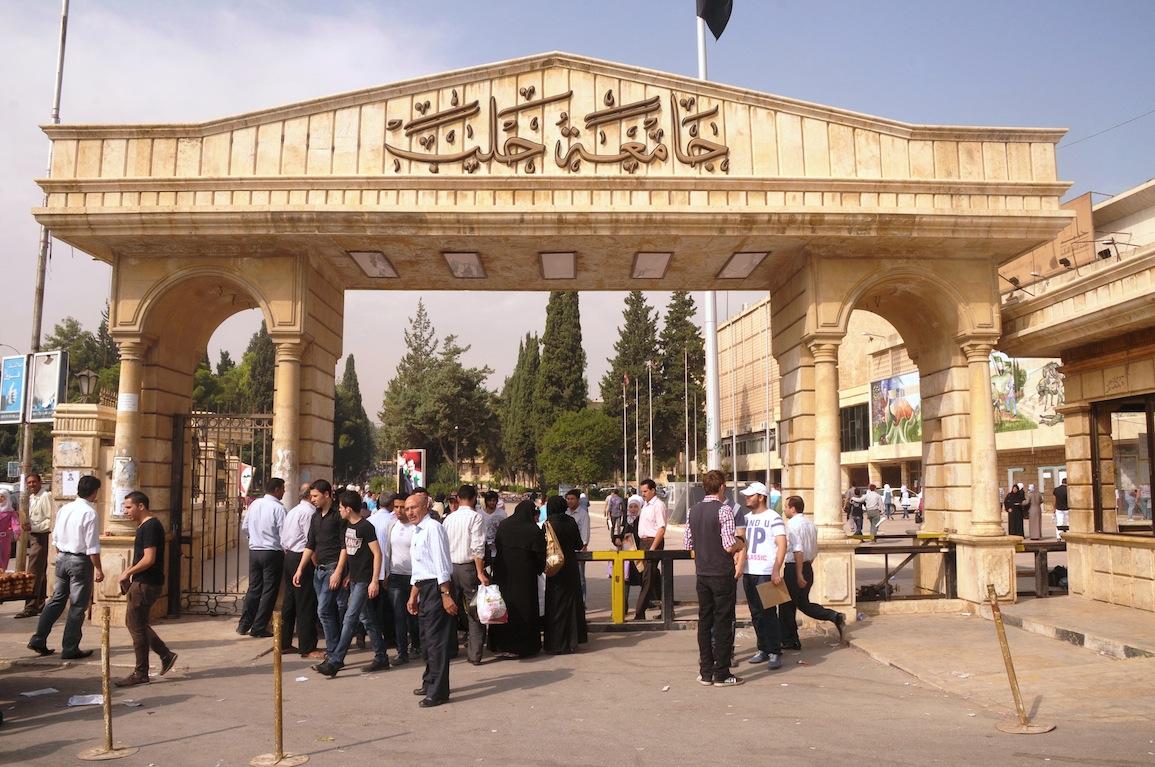 """Photo of في سابقة سورية… """"فيسبوك"""" يقود طلاب في جامعة حلب إلى التحقيق!"""