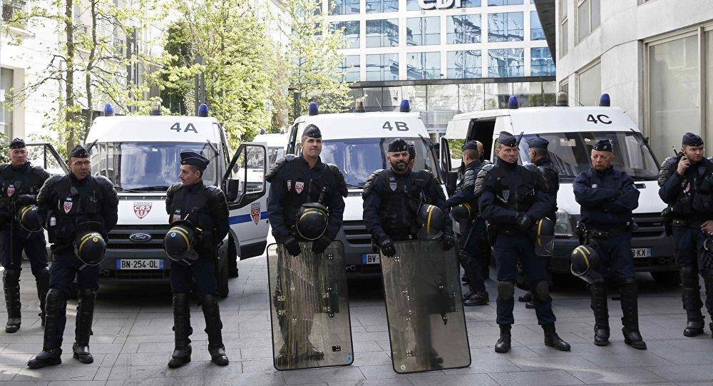 """صورة وزير الداخلية الفرنسي لا يستبعد صفة """"الإرهابي"""" عن هجوم مرسيليا"""