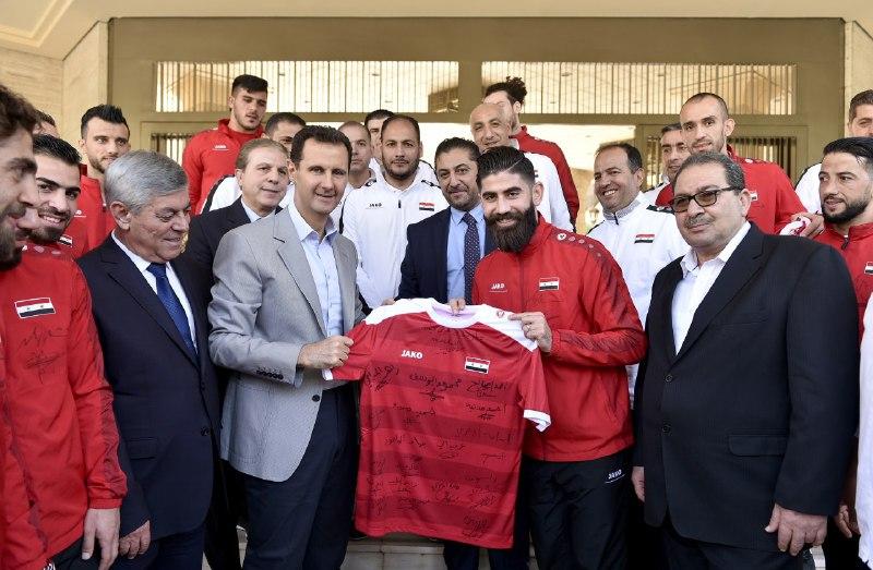 Photo of بالصور والفيديو.. الرئيس الأسد يهنئ المنتخب الوطني لكرة القدم على أدائه المميز خلال المباريات