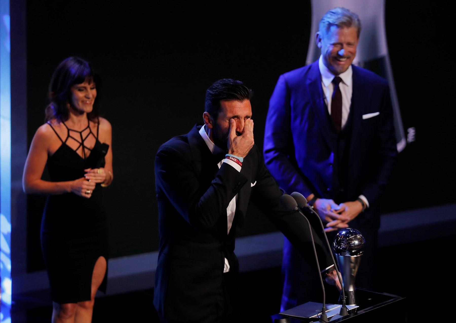 Photo of الفيفا توزع جوائزها.. بوفون أفضل الحراس في العالم وجيرو بأجمل هدف