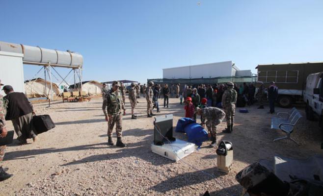 Photo of مسلحو الركبان يفرضون مبالغ طائلة لخروج المدنيين .. والمساعدات الإنسانية تذهب للمسلحين وعوائلهم