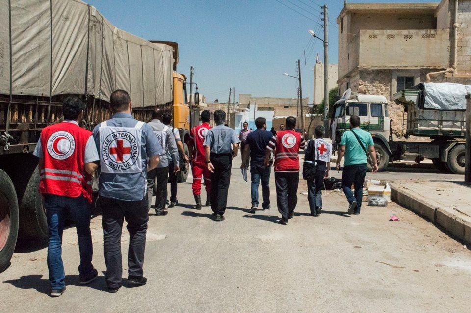 صورة بعد استهدافها بالقذائف.. احتراق مستودعات الهلال الأحمر بالقنيطرة بشكل كامل