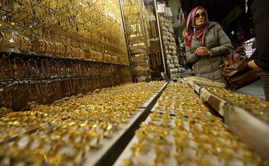 Photo of الأعياد تنعش سوق الذهب.. وجزماتي يحذر من البيع والشراء الآجل والتلاعب بالأسعار