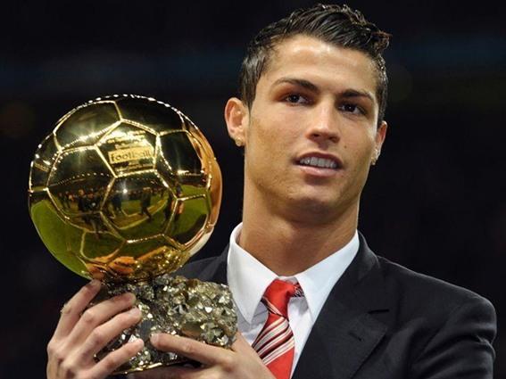 Photo of كرستيانو رونالدو يحرز الكرة الذهبية للمرة الخامسة في تاريخه