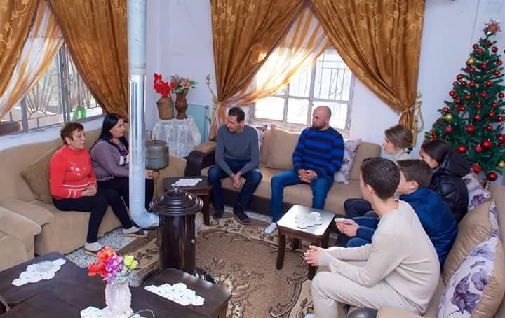 Photo of الرئيس الأسد وعائلته يزوران منزل الجريح نبيل اسحق في قرية بحزينا بريف حمص