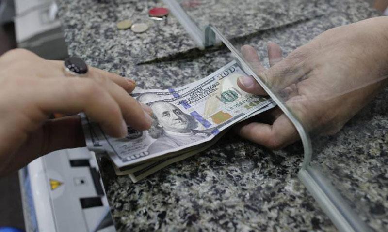 Photo of الدولار الأسود يقترب من الرسمي ويلامس 430 ليرة