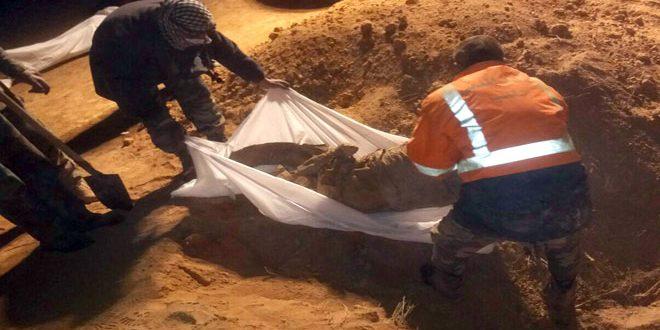 Photo of الجيش ينتشل جثامين 34 شهيدا من مقبرة جماعية في ريف الرقة الغربي