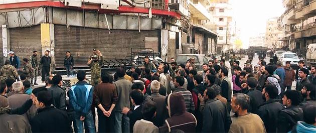 Photo of أهالي كفربطنا يقفون بجانب الجيش العربي السوري ضد تنظيم جبهة النصرة في الغوطة الشرقية