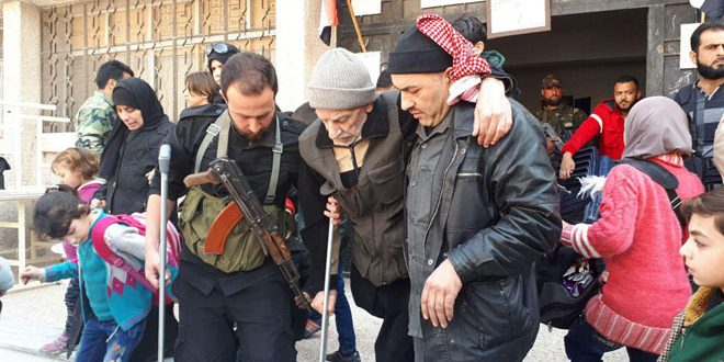 "Photo of الجيش يؤمن خروج عشرات المدنيين من الغوطة الشرقية عبر ""الوافدين"""