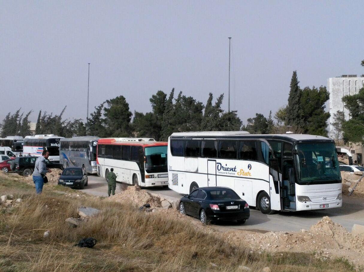 Photo of 17 حافلة تقل مسلحين من الغوطة في طريقها إلى إدلب كدفعة أولى