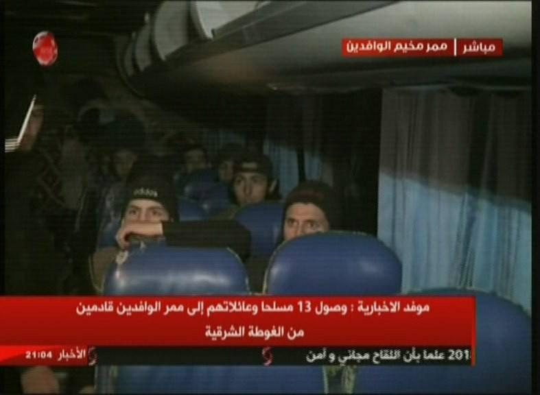 """صورة خروج أول دفعة من """"مسلحي الغوطة"""" وعائلاتهم عبر ممر الوافدين"""