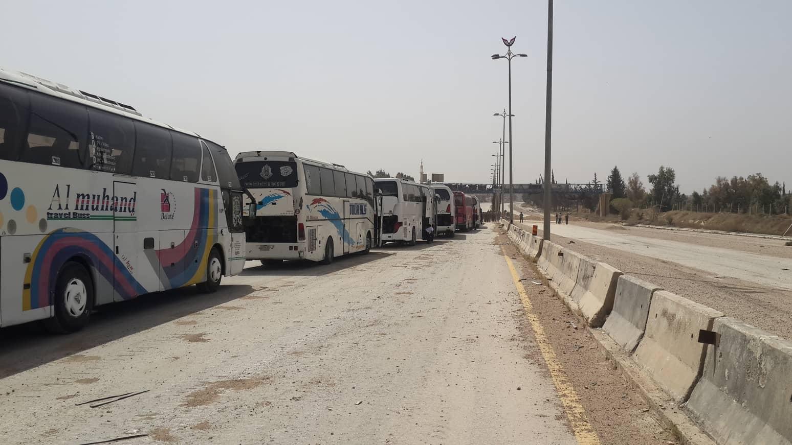 Photo of 400 مسلح يغادرون حرستا إلى إدلب.. ودفعات أخرى تنتظر