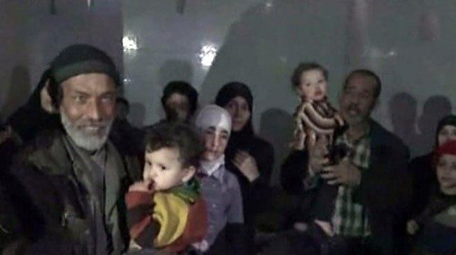 Photo of بالصور.. الجيش يؤمن خروج نحو 60 مدنياً كانوا محتجزين في مسرابا بالغوطة الشرقية