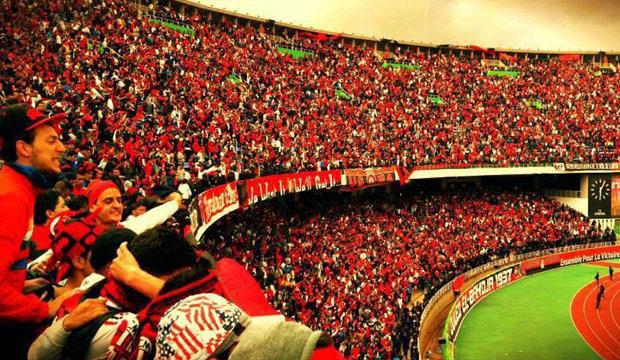 Photo of مشجع يستأجر رافعة لمشاهدة فريقه المفضل بسبب منعه من دخول الملعب (صور)