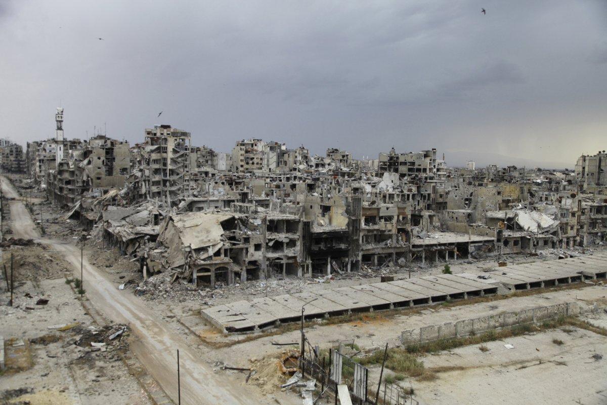 صورة خميس يلتقي فعاليات حمص الاقتصادية للبدء بإعادة الإعمار