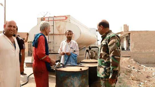 Photo of مواد غذائية وطبية ومشتقات نفطية لأهالي قرى شرق الفرات بدير الزور