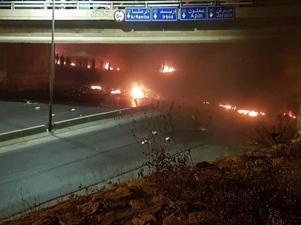 Photo of احتجاجات عنيفة وإطلاق نار في الأردن وسط مطالبات بإسقاط الحكومة