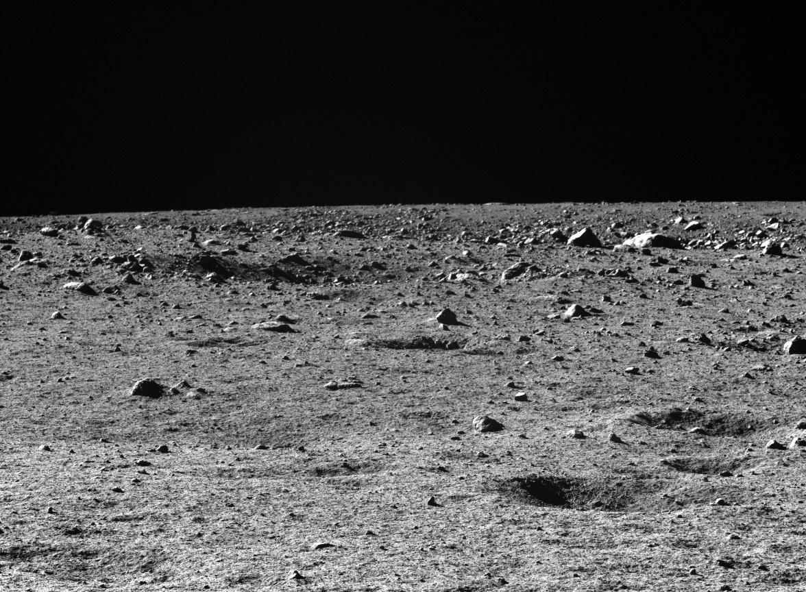 """Photo of أمريكية ترفع دعوى على ناسا بسبب """"غبار القمر""""!"""
