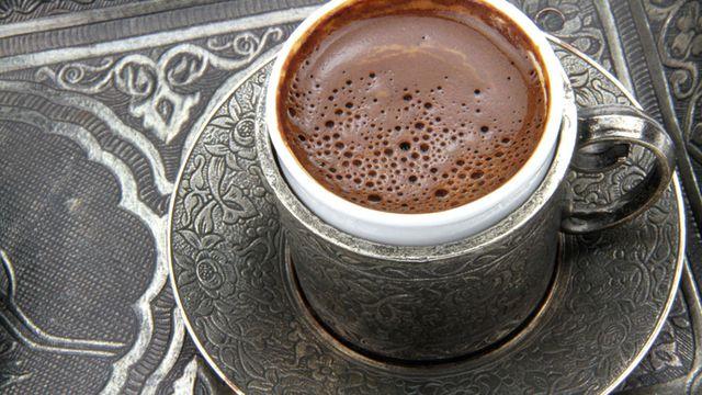 """Photo of قهوة سوداء أو بالحليب؟ خبراء الصحة يحددون """"الأفضل"""""""