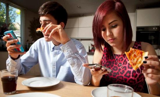 Photo of دراسة تحذر من استخدام الهاتف المحمول أثناء تناول الطعام