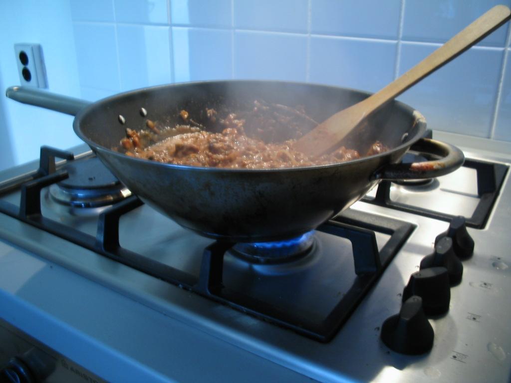 Photo of عادات يومية تشكل خطرا على حياتنا.. منها الطبخ على الغاز