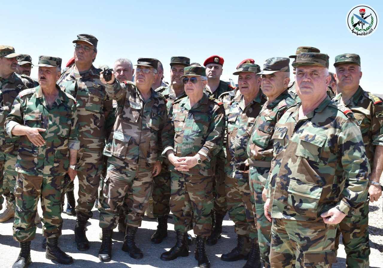 Photo of بتوجيه من الرئيس الأسد .. العماد أيوب يزور تشكيلات مقاتلة في المنطقة الجنوبية