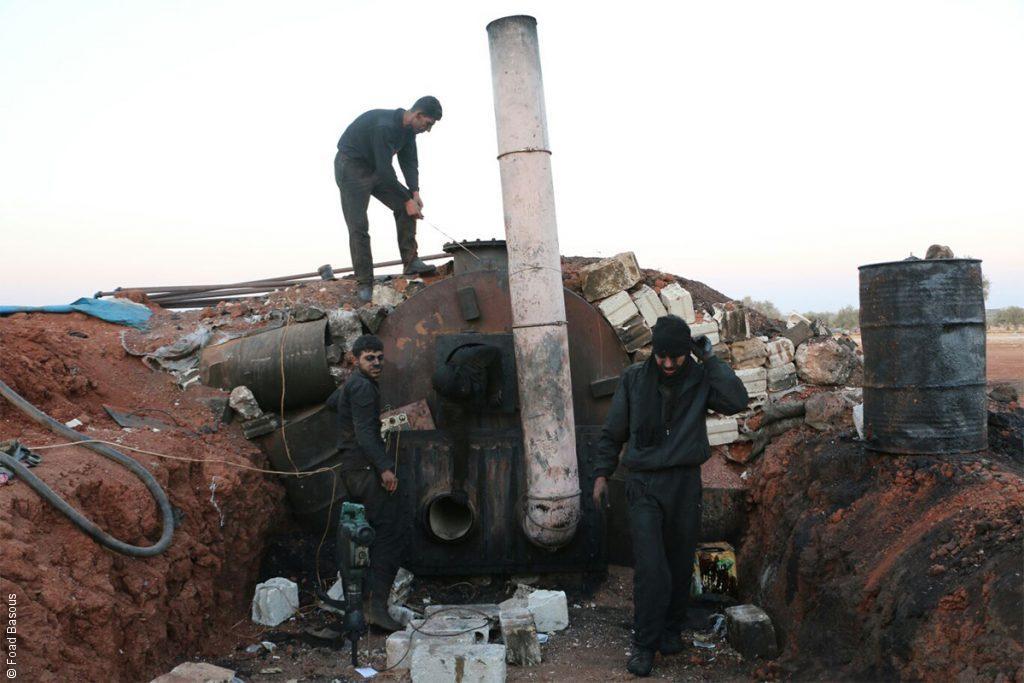 "Photo of إصابة 3 أشخاص بانفجار ""حراقة نفط"" بدائية في ريف القامشلي"