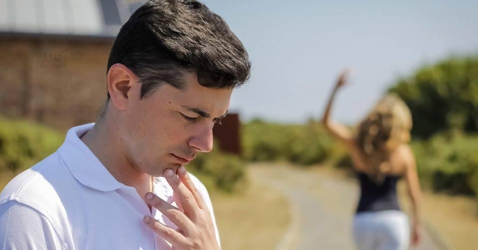 صورة رجل يحرق نفسه حزنا على زوجته التي تركته