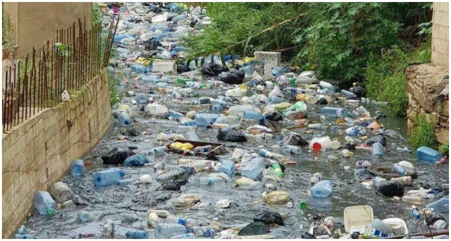 صورة نهر من القمامة مع بداية موسم الأمطار في لبنان (فيديو)