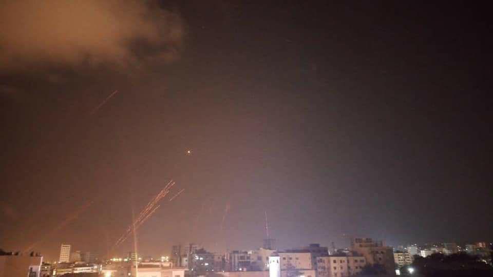 "Photo of الدفاعات الجوية تتصدى لعدوان بالصواريخ من عرض البحر باتجاه اللاذقية ""فيديو"""