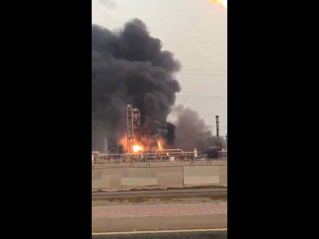 Photo of حريق ضخم في أحد المصانع البتروكيميائية غرب السعودية