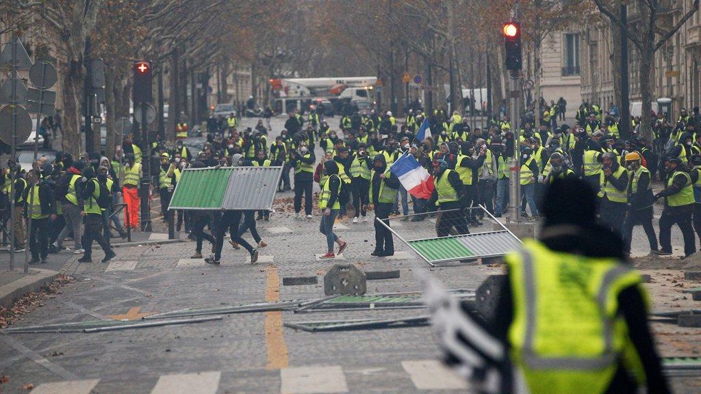 Photo of الحكومة الفرنسية تتراجع عن تنفيذ قرار رفع الضرائب على الوقود