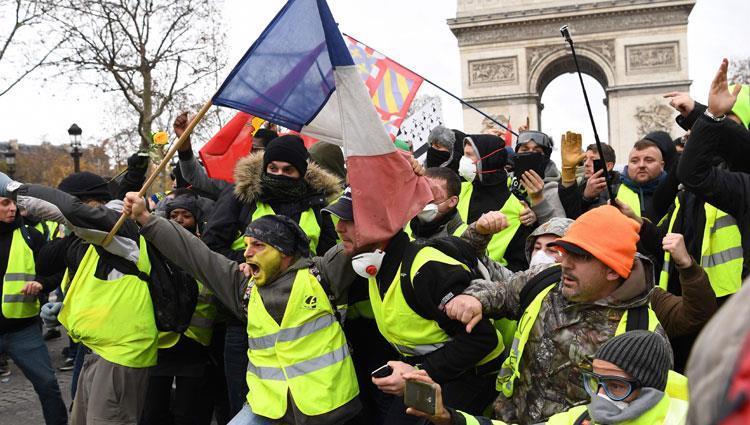 "Photo of ""ثوار فرنسا"" يواصلون التظاهر.. والشرطة تبعدهم بالقوة عن الشانزيليزيه"
