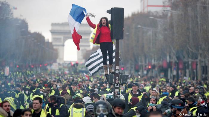 """صورة الحكومة الفرنسية تدرس فرض حالة الطوارئ لوقف """"الشغب"""""""