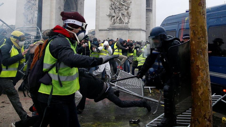 """Photo of الشرطة الفرنسية تتحالف مع """"السترات الصفر""""!"""