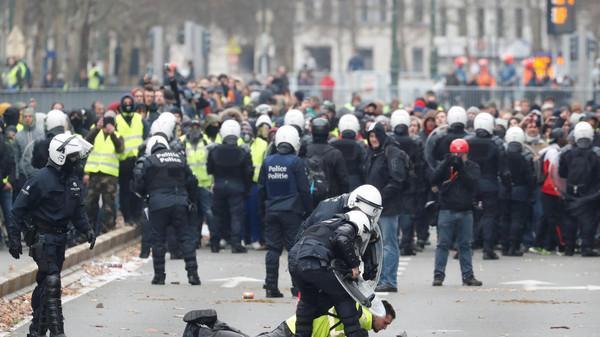 """Photo of """"السترات الصفر"""" تنتفض.. والحكومة الفرنسية تزعم تسلل """"مخربين"""""""